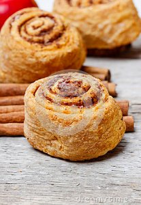 cinnamon-rolls-rustic-rough-wooden-table-festive-dessert-38910388